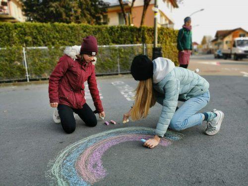 Kreideeimer im gesamten Ortsgebiet animierten die Menschen zu positiven Zeichen und Botschaften. Gemeinde