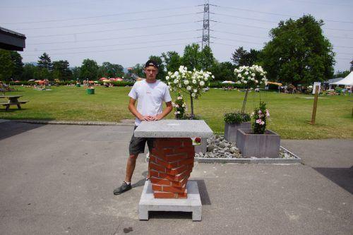 Lehrling Florian Brunner mit dem selbst gefertigten Stehtisch. MAZ