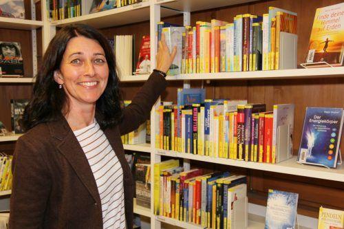 """Leiterin Karin Valasek von der Bibliothek Montafon und ihr Team rücken den """"Lebensraum Wald"""" in den Fokus der Standesbibliothek im Haus Montafon. www.meznar.media"""