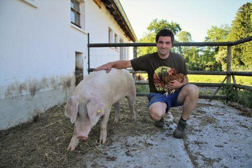 Lukas Enzenhofer hat vor Kurzem mit der Haltung von Schweinen begonnen. Daneben gibt es Rinder, Hühner, Schafe und Ziegen.Uysal