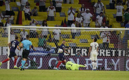 Mats Hummels (r.) hat via Unterschenkel den Ball im eigenen Tor versenkt, Adrien Rabiot und Lucas Hernandez jubeln.ap