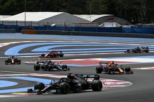 Mercedes-Pilot Valtteri Bottas (l.)und Red Bulls Sergio Perez kommt beim Duell um die Konstrukteurswertung die entscheidende Rolle zu.ap