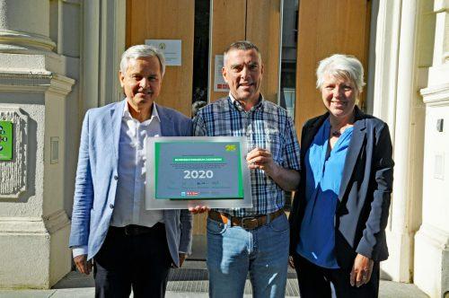 Michael Heim (Mitte) überreichte die Ehrenplakette an Direktor Markus Germann und die Projektleiterin am BGD, Erika Schuster.lcf