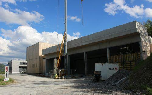 Mit dem Bau der dritten Halle (rechts im Bild) wird der Gewerbepark R200 in der Alberschwender Parzelle Reute komplettiert. STP