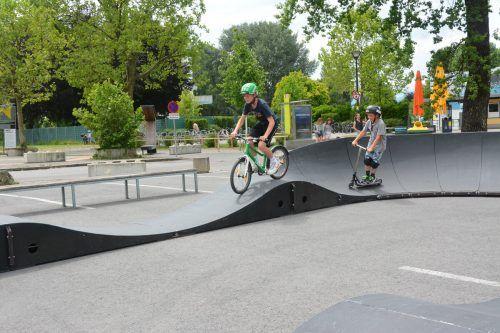 Mit dem BMX oder dem Scooter kann man die Pumptrack mit ihren Steilkurven und Wellen befahren.bvs (2)