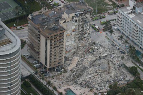 Mitten in der Nacht ist ein Teil eines zwölfstöckigen Gebäudes eingestürzt.
