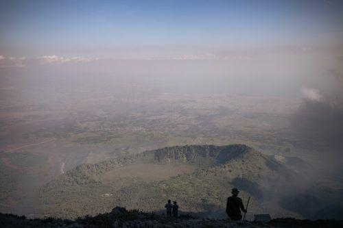 Nach dem verheerenden Ausbruch inspizieren Vulkanologen und Ranger vom Virunga National Park den Vulkan Nyiragongo in derDR Kongo. AFP