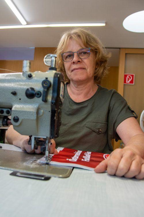 Näherin Karin Wäger setzt die punktgenauen Stiche.
