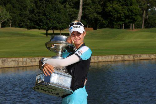 Nelly Korda holte sich für den Sieg bei den PGA-Championships eine mächtige Trophäe ab.ap