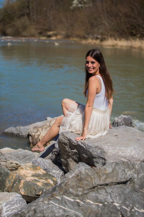 Nina aus Höchst überlegt, ob sie mehr als die Zehen ins Wasser stecken soll.