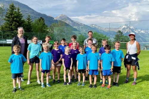 Nina Ortlieb (l.) trainierte in Raggal mit den Großwalsertaler Nachwuchsläufern.Verein