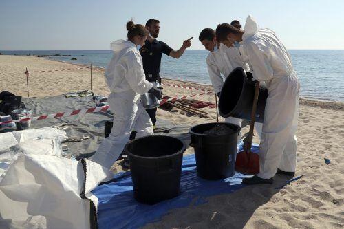 Nun hat der Ölteppich doch den Strand erreicht.  symbolbild afp