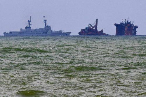 Öl und grüne Verfärbung um das ausgebrannte Schiff vor Sri Lanka. Reuters