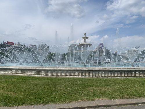 Ohne Musik und einer bunten Farbshow wirken die Springbrunnen entlang des Boulevards wenig aufregend auf den Betrachter.vn