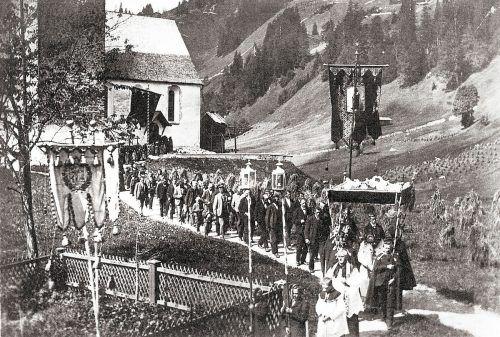 Pfarrer Fink an der Spitze der Fronleichnamsprozession 1890 in Mittelberg.