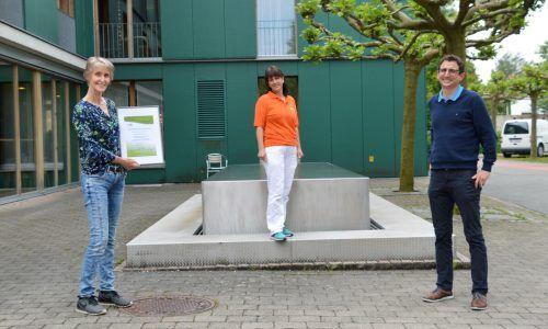 Pflegedienstleiterin Eva Maria van Rooijen, Mäeutik-Trainerin Simone Plattner und Geschaftsführer Christoph Sutter freuen sich über die Zertifizierung. SZ Mäeutik