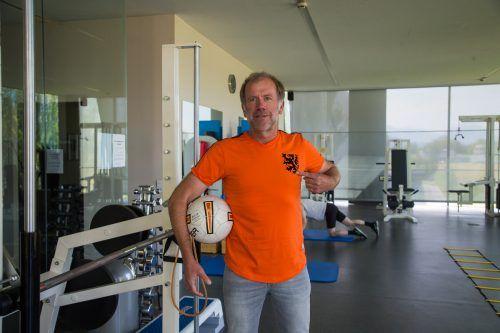 Physiotherapeut Roland Jansen zeigt an, für wen sein Herz heute schlägt. Der Niederländer hofft auf einen Sieg gegen Österreich.VN7Steurer