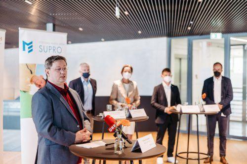 """Primar Dr. Philipp Kloimstein und die Projektpartner stellten bei Getzner Werkstoffe in Bürs die neue Initiative Papageno - """"Psychische Erste Hilfe"""" - vor. IKP/Sams"""