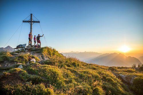 Pro Woche gibt es rund 55 geführte Wander-, Kletter- und (E-)Mountainbike-Touren, wie hier die Bike & Hike Tour zum Muttjöchle. Montafon Tourismus/WOM Medien