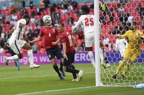 Raheem Sterlings (l.) Kopfballtreffer nach zwölf Minuten machte den 1:0-Sieg Englands gegen Tschechien perfekt. ap