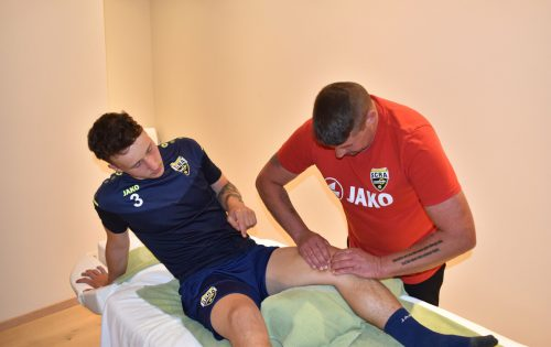 Regeneration war gestern am Nachmittag angesagt: Masseur Jürgen Köck kümmert sich um Neuerwerbung Lukas Prokop (22).SCRA