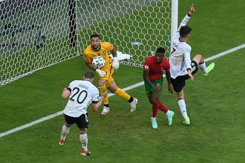 Robin Gosens war beim 4:2 des deutschen Teams gegen Portugal das Um und Auf. Im Bild erzielt er das vierte Tor für seine Elf. apa