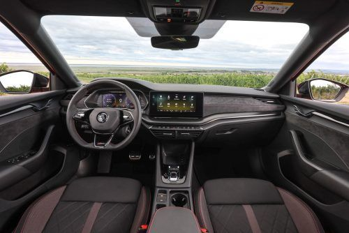 Schnörkellos gezeichnetes Cockpit: Škoda hat zum bekannt praktischen Pragmatismus Eleganz addiert.