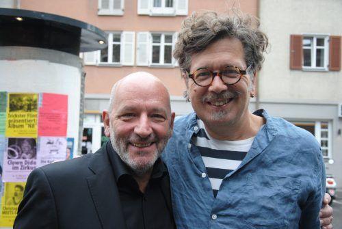 Schriftsteller Robert Schneider und Autor Franzobel abseits der Bühne.