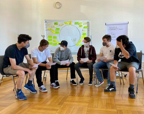 Schüler der 2hmb diskutieren in Gruppen, wie man am besten wieder zurück in einen positiven Lebensrhythmus kommen kann.