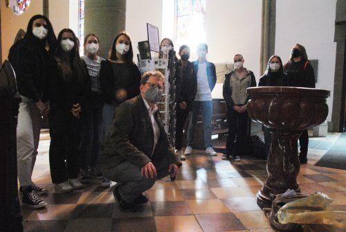 Schüler*innen der Wahlpflichtfächer mit Dompfarrer Fabian Jochum im Feldkircher Dom. Schule
