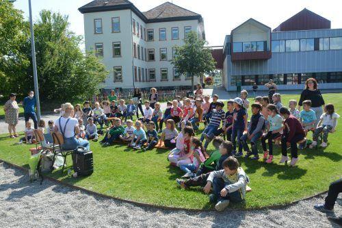 Schulfeste finden noch keine statt, dafür kam Kinderbuchautorin Ingrid Hofer in der VS Rheindorf vorbei.