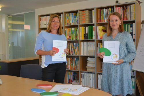 Schulsekretärin Gabriele Kergel (links) und Christine Bösch-Vetter, Elternvereinsobfrau, haben sich für die Schulhefte ganz ohne Plastikeinbände eingesetzt.bvs
