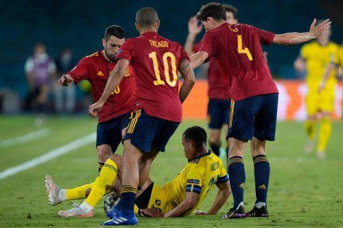 Schwedens Robin Quaison wird von den Spaniern Pau Torres und Thiago Alcantara in die Zange genommen.apa