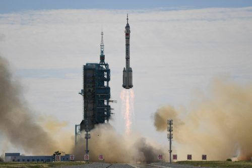 Sechs Stunden nach dem Start sind die Astronauten an der Raumstation angedockt.