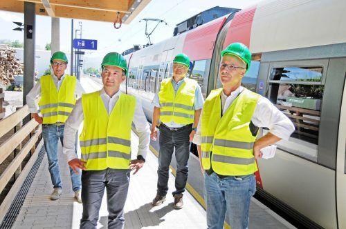 Sie setzen auf die Bahn: Verkehrslandesrat Johannes Rauch, die Bürgermeister Martin Staudinger (Hard) und Elmar Rhomberg (Lauterach) sowie Projektleiter Peter Kölbach (ÖBB). AJK