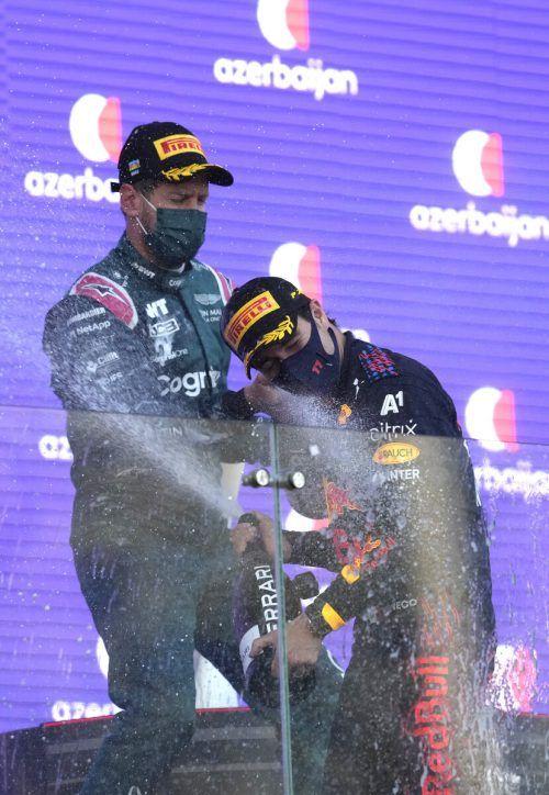 Siegerbild mit Seltenheitswert: Sergio Perez (r.) und Sebastian Vettel feiern in Baku die Plätze eins und zwei.ap