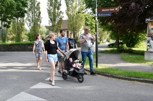 """Spazieren gehen, plaudern, diskutieren, Ideen entwickeln – mit """"Geh-Sprächen"""" können die Bresner an der Ortsentwicklung mitarbeiten.Marktgemeinde"""
