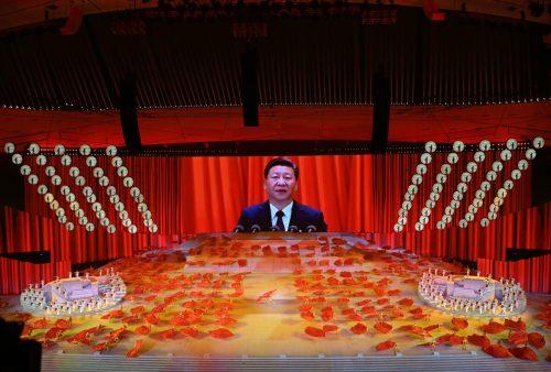 Staatspräsident Xi Jinping ist bei einer Aufführung in Peking anlässlich des Jahrestags auf einem Bildschirm zu sehen. AFP