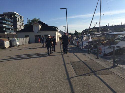 Stadtpolizisten beim Rundgang vom Hafen zur Pipeline. vn/gs