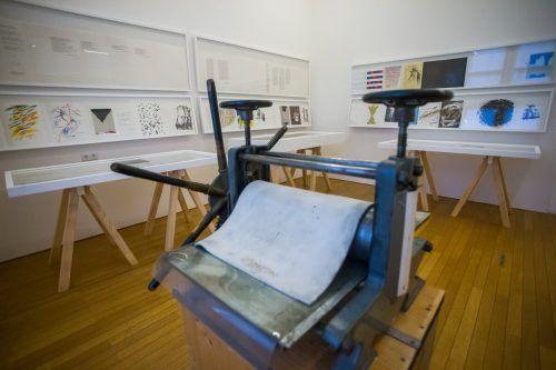 Techniken werden erläutert: Tiefdruckpresse im Ausstellungsraum.