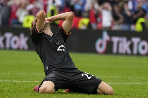 Thomas Müller selbst wusste ganz genau, welch große Chance er in der 81. Minute gegen England vergab, als er allein auf Goalie Jordan Pickford zulief und den Ball am langen Eck vorbeischoß.ap