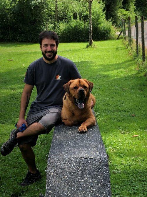 Tiertrainer Carlos mit Hund Alwin. Der braucht viel Zuwendung.