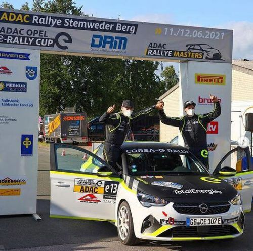 Timo Scheider (r.) und Beifahrer Tobias Braun freuen sich über ein gelungenes Debüt im ADAC-Opel-e-Rally-Cup.OS