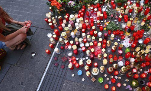 Trauer und Entsetzen in Würzburg. Hunderte Menschen legten Kerzen und Blumen am Ort der Gewalttat nieder. dpa