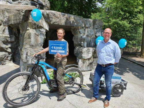 Unser Lehrling Franziska mit Andreas G. Mayer von Ball Ludesch bei der Spendenübergabe.Wildpark Feldkirch