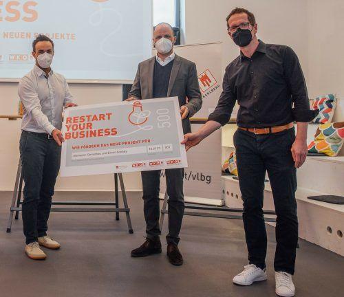 V. l.: IT-Dienstleister Enver Sonbay, Landesrat Marco Tittler und Fachgruppenobmann Martin Dechant mit dem begehrten Förderscheck. WKV