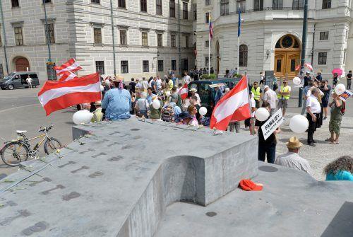 Viele der Befragten sehen Österreich auf einem eher negativen Weg. Für Politik-Experten steht dies im Zusammenhang mit den Coronamaßnahmen. apa