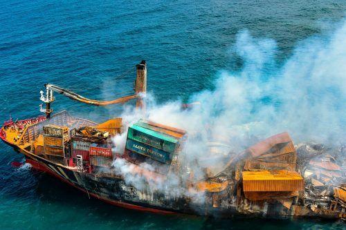 Viele teils beschädigte Container seien noch auf dem sinkenden Schiff. AFP