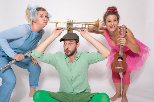 Vokalina, Ballerina und Pfiffikus präsentieren den Kleinsten eine fantasievolle Inszenierung mit Musik zum Lauschen und Klängen zum Mitschwingen in der Remise. Alexander Müller