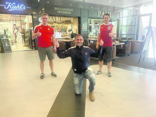 Vor dem Rückflug noch auf einen Kaffee mit VN-Sportchef Christian Adam, die beiden Lustenauer Sascha Riedmann (links) und Patrick Wiedl.VN/3
